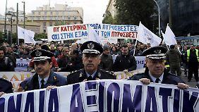Polizisten protestieren in Athen.