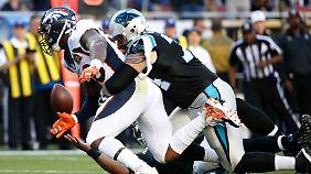 Von Miller (58) von den Broncos erkämpft sich den Ball von Panthers' Quarterback Cam Newton.