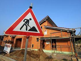 Wer beimHausbau am falschen Ende spart, muss am Ende womöglich draufzahlen - denn Baumängel können teure Folgen haben.