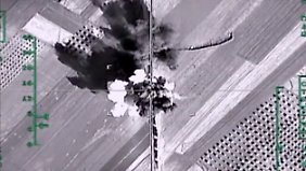 Ein Foto, das vom russischen Verteidigungsministerium veröffentlicht wurde: Angriff auf einen Lkw-Konvoi in Syrien, der nach russischen Angaben Waffen transportierte.