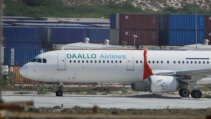 Trotz Explosion an Bord sicher gelandet: Die Maschine vom Typ Airbus A321-100 in Parkposition in Mogadischu.