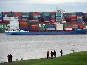 """Riesige Dimensionen: Ein Feederschiff zieht auf der Elbe vor Grünendeich an der """"Indian Ocean"""" vorbei."""