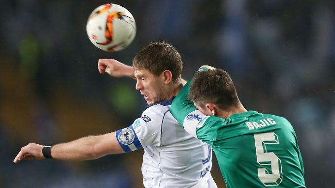 Duisburgs Branimir Bajic bedrängt den Bielefelder Torjäger Fabian Klos.