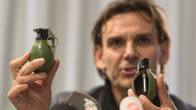 Der leitende Ermittler zeigt Vergleichsstücke der Handgranate aus dem ehemaligen Jugoslawien.