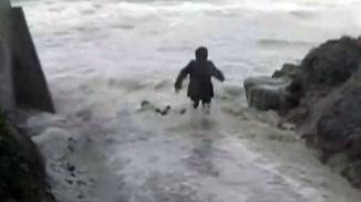 Stürmischer Strandspaziergang: Welle zieht Rentnerpaar ins Meer