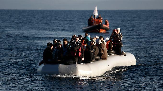 Flüchtlinge erreichen von der Türkei kommend die griechische Insel Lesbos.