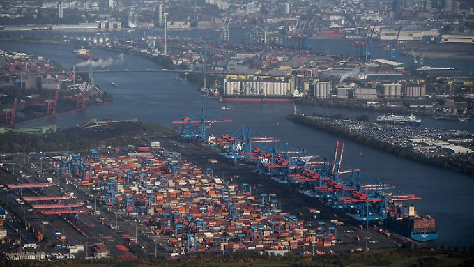 Containerabfertigung im Hamburger Hafen vor der Köhlbrandbrücke.