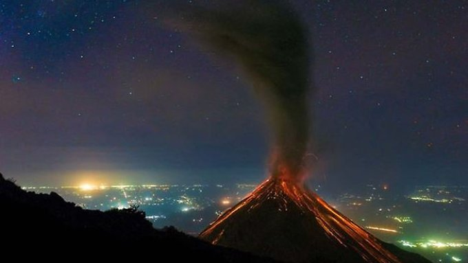 "Der ""Volcán de Fuego"" spuckt wieder Feuer."