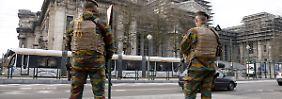 Polizisten und Soldaten sichern Brüssel. Solche Szenen schrecken viele Touristen ab.
