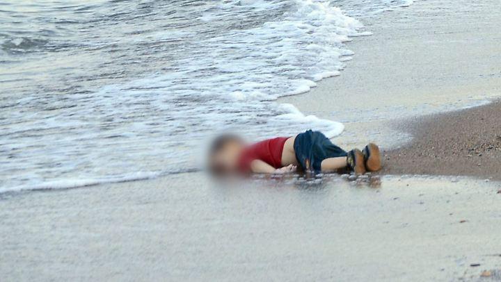 Der dreijährige Aylan aus Syrien liegt tot am Strand von Bodrum in der Türkei. Dieses Bild geht Anfang September 2015 um die Welt.