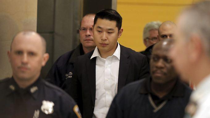 Laut der Anwältin des angeklagten Peter Liang (Mitte) löste sich der Schuss versehentlich.