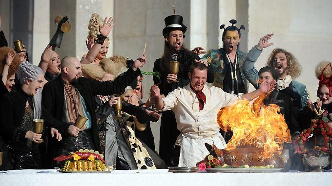 """""""Dein Reichtum bin ich halt, dein Geld, Dein eins und alles auf der Welt"""": Berühmte Worte des Mammons aus dem """"Jedermann"""" von Hugo von Hofmannsthal (hier ein Probenfoto von den Salzburger Festspielen)."""