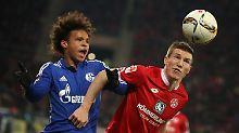 Der Mainzer Gaetan Bussmann köpft den Ball vor dem Schalker Torjäger Leroy Sane weg.