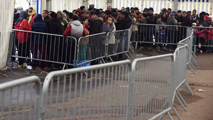 Flüchtlinge warten in Ellwangen auf die Essensausgabe.