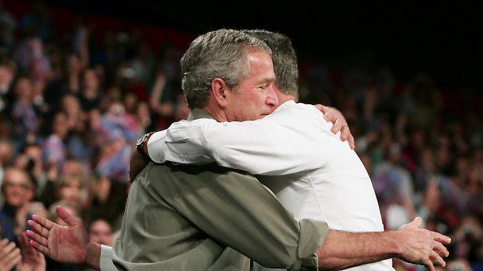 Ein besonders enges Verhältnis wird den Bush-Brüdern nicht nachgesagt. Hier bei einem Auftritt 2006, als der ältere Bush noch Präsident und der jüngere Gouverneur von Florida war.