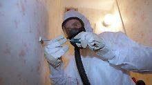 Für das Entfernen von Asbest gelten besonders strenge Vorsichtsmaßnahmen. Atemschutzgeräte und Schutzanzüge sind Pflicht.