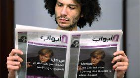Ramy al-Ascheq mit der Flüchtlingszeitung.