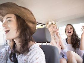 Macht Spaß, birgt aber Risiken: zu laute Musik beim Fahren.