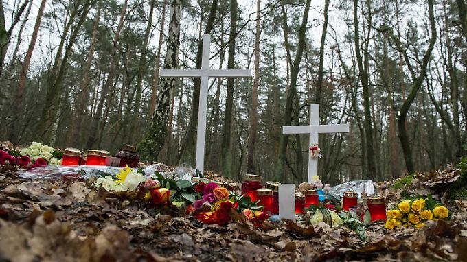 Am Fundort der Leiche stehen Kreuze und es liegen Blumen für die getötete Schwangere und ihr Ungeborenes.