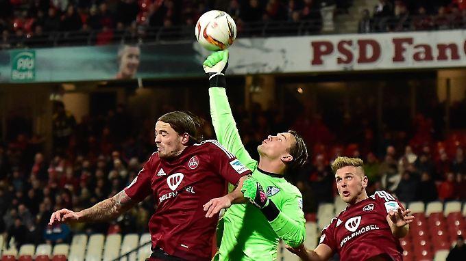Nürnbergs Torhüter streckt sich und hält letztlich das Unentschieden.