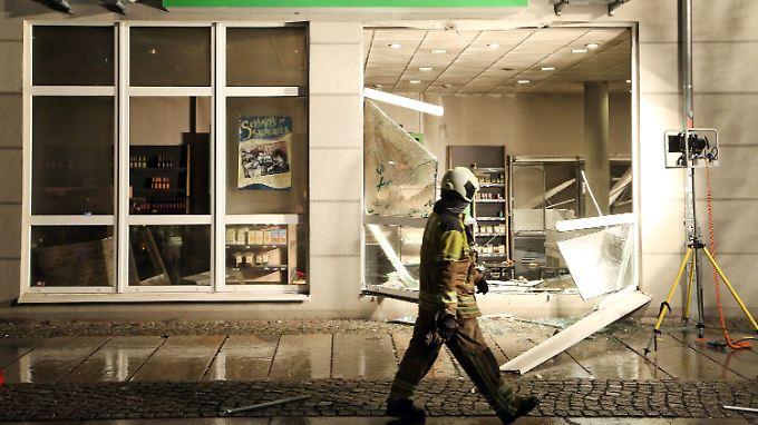 """Schaufenster herausgesprengt: Der Dresdner Einkaufsmarkt """"We Love Vegan"""" nach Abschluss der Löscharbeiten."""