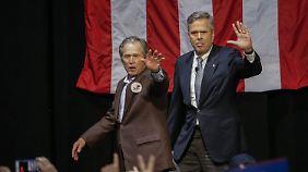 George und Jeb betreten die Bühne