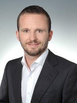 Stefan Eberhardt ist Leiter des Portfoliomanagements der Eberhardt & Cie. Vermögensverwaltung. Außerdem ist der Finanzexperte nebenberuflich als Dozent für Volkswirtschaftslehre an der Dualen Hochschule Baden-Württemberg tätig.