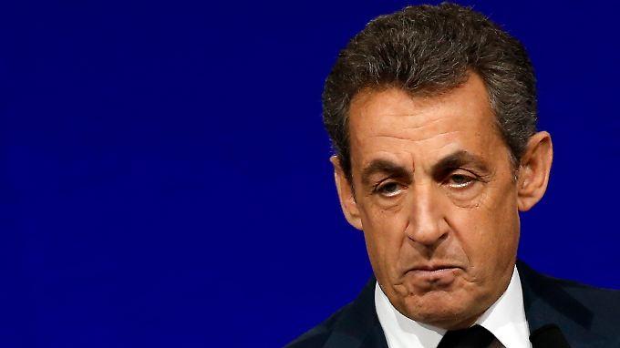 Die Untersuchungsrichter gehen jetzt der Frage nach, ob Sarkozy damals von diesen Vorgängen wusste. Er selbst hat das wiederholt bestritten.