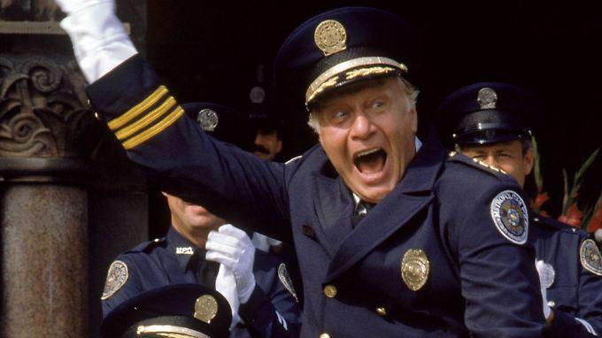 """Er blödelte sich durch alle """"Police Academy""""-Filme: George Gaynes als Kommandant Eric Lassard."""