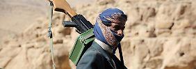 Ein jemenitischer Soldat auf dem Vormarsch Richtung Sanaa: Die Regierungstruppen werden von Saudi-Arabien unterstützt.
