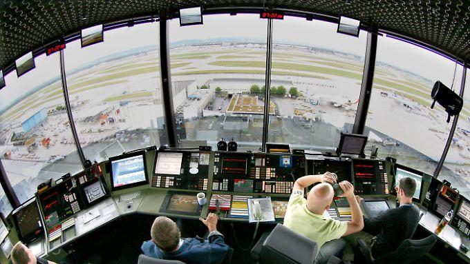 Konzentriert bei der Arbeit: Fluglotsen im Tower am Frankfurter Flughafen.
