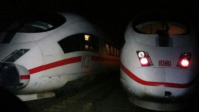 Links der beschädigte ICE, rechts der Ersatzzug:
