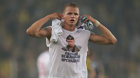 Dmitri Tarassow von Lokomotive Moskau darf für das Zeigen eines Putin-Shirts erneut blechen.