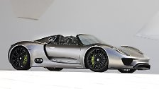 Wer die Vmax von 345 km/h nicht auskostet, sondern sich an ökologisch korrekter Automobilität delektieren will, kann den Über-Porsche bis zu 31 Kilometer weit elektrisch bewegen oder versuchen, den Normverbrauchswert von 3,0 Liter zu erreichen. Alternativ gelingt der Sprint auf Tempo 300 in 19,9 Sekunden.