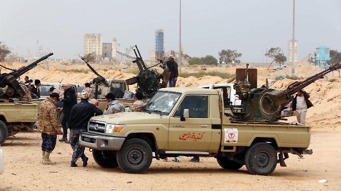 Hier bereiten regierungstreue Kämpfer einen Angriff auf IS-Stellungen bei Sirte vor.