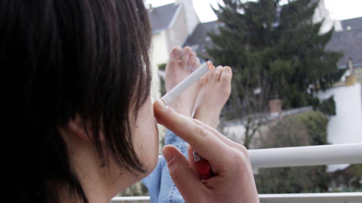 auf eine zigarette auf dem balkon richter kommen zum rauchen vorbei n. Black Bedroom Furniture Sets. Home Design Ideas