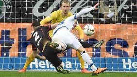 Eintracht-Keeper Lukas Hradecky beobachtet das Treiben vor seinem Tor.