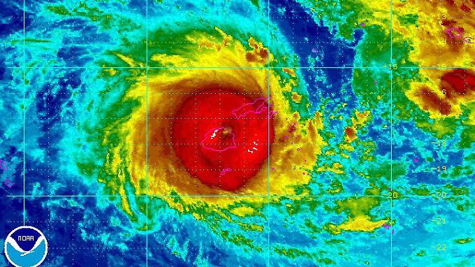 """Zyklon """"Winston"""" über den Fidschis: Die Falschfarbenaufnahme des  US-Wetterdienstes NOAA zeigt das Ausmaß des Tiefdrucksystems."""