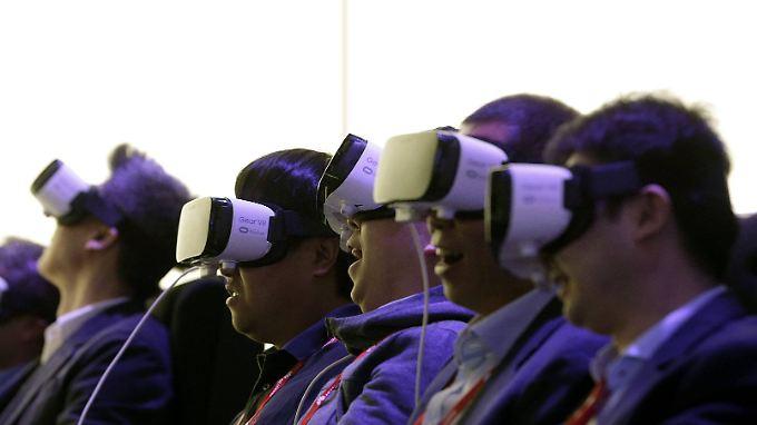 """In Zusammenarbeit mit Facebook will Samsung seine Kunden von der  """"Virtual Reality"""" als nächsten großen Trend überzeugen."""