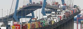 In Deutschland sind im vergangenen Jahr so viele Güter transportiert worden wie noch nie zuvor. Im Bild die Köhlbrandbrücke im Hafen von Hamburg.