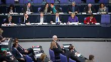 """Bestürzung im halbleeren Haus: """"Braune Soße"""" und Angriffe auf Flüchtlinge"""