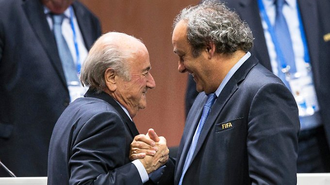 Ein Bild aus unbeschwerten Tagen: Joseph Blatter (l.) empfängt im vergangenen Mai Glückwünsche von Michel Platini zu seiner Wiederwahl als Fifa-Chef.