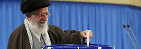 Ajatollah Ali Chamenei gibt seine Stimme ab - er ist das Staatsoberhaupt des Iran.
