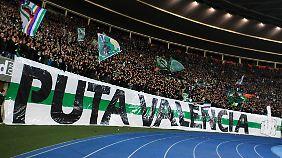 """Der Stein des Anstoßes: Ein Plakat von Rapid-Fans mit dem wenig charmanten Ausdruck """"Hure Valencia""""."""