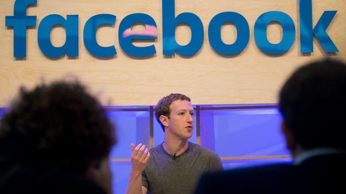 Mark Zuckerberg bei seinem Besuch in Berlin. Wann und wo er dabei gesehen wird, wollte der Unternehmer gerne selbst entscheiden.
