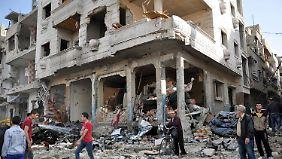 Syrer leben in Häuserruinen: Ins zerbombte Homs kehrt langsam der Alltag zurück