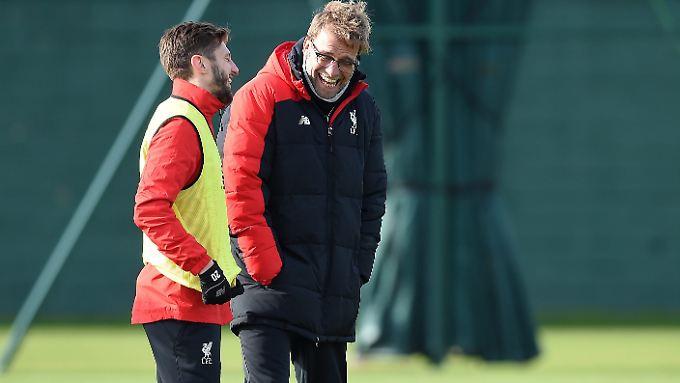 Liverpools Trainer Jürgen Klopp (hier mit Adam Lallana) ist vor dem ligapokal-Finale guter Dinge.