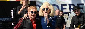 Überraschungsgast stimmt mit ein: Elton John spielt spontanes Dankeskonzert