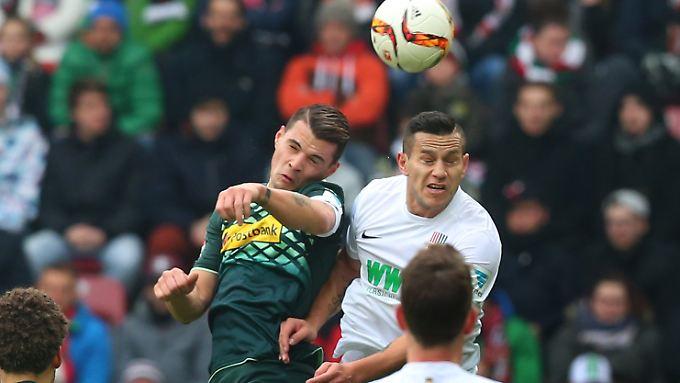 Ein Duell auf Augenhöhe lieferten sich Borussia Mönchengladbach und der FC Augsburg - stellvertretend dafür hier Granit Xhaka (l.) und Raul Bobadilla.