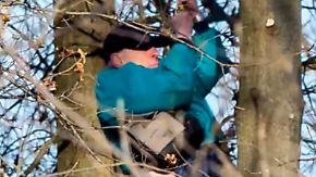 Kaum zu glauben, aber wahr: Pilot hängt nach Absturz stundenlang im Baum